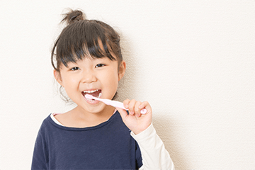 女の子が歯をみがく様子の写真